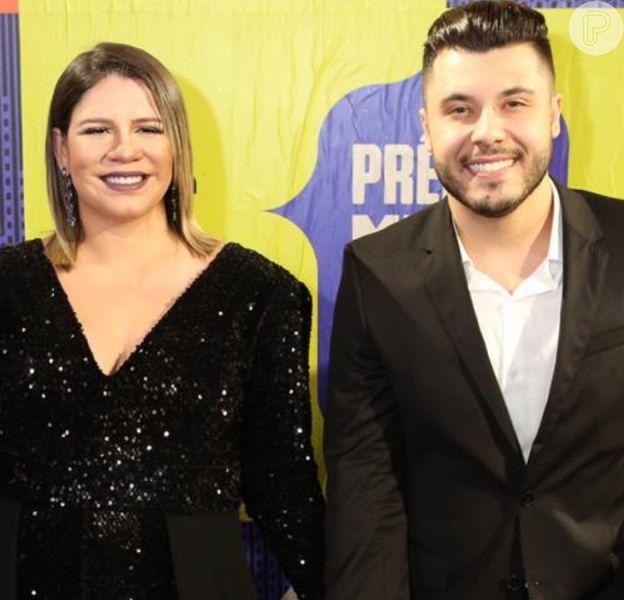 Marília Mendonça faz dueto com Murilo Huff e ganha beijo em live. Veja vídeo em matéria neste sábado, dia 28 de março de 2020