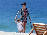Guilhermina Guinle ensina a filha, Minna, a dar os primeiros passos na praia