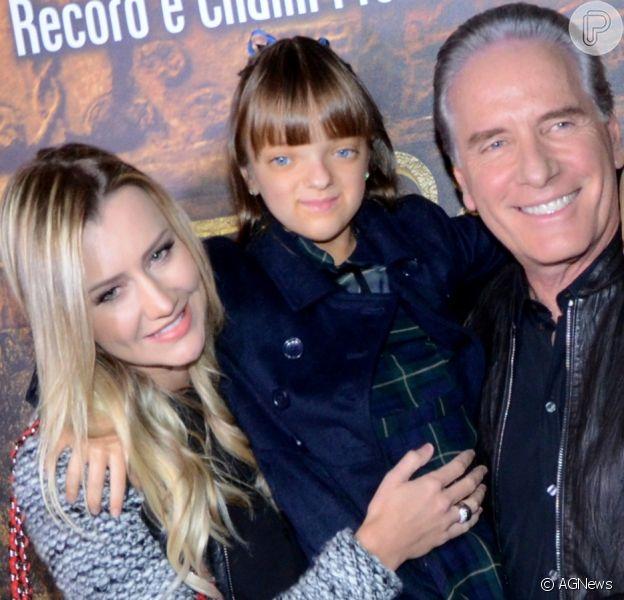 Roberto Justus e filha Rafaella dão beijo em barriga de gravidez de Ana Paula Siebert