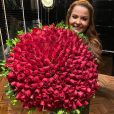 Maiara, dupla de Maraisa, ganha buquê de rosas de presente