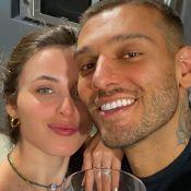 Noiva de Lucas Lucco usa blazer oversized e saia de botões para live do cantor