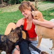 Paolla Oliveira aparece de franja em fotos com seus pets: 'Boas energias'. Veja!