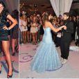 Para a valsa com Caio Castro, usou um longo azul bebê e um curtinho preto para o final da festa