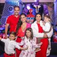 Filhos de Simone e Simaria assumiram os microfones das mães em live show