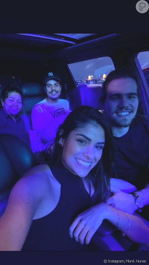 Munik Nunes faz selfie no carro durante culto drive-in