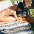 Bruna Marquezine, de biquíni, brinca com a cadela Amêndoa