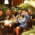 Nego do Borel e amigos se reúnem para selfie durante jantar