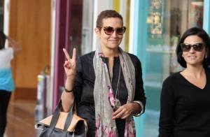 Betty Lago passeia sorridente por shopping carioca