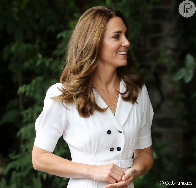 Kate Middleton alia vestido branco midi e sapatos usados há 7 anos em look nesta terça-feira, dia 04 de agosto de 2020