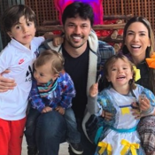 Patricia Abravanel dá beijo no marido, nada e brinca com filhos em viagem