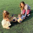 Patricia Abravanel faz vídeo com filhos e marido