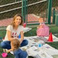Patricia Abravanel brinca de escorrega com filhos