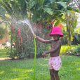 Filho de Bruno Gagliasso e Gio Ewbank, Bless usou bucket hat rosa pink