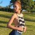 Marina Ruy Barbosa combina cropped de crochê e calça flare em dia de piquenique