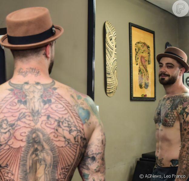 Felipe Titto fez nova tatuagem em estúdio de São Paulo nesta terça-feira, 13 de outubro de 2020