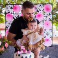 Zé Neto festeja 5 meses da filha, Angelina, no sítio