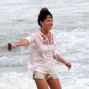 Júlia Almeida, filha de Manoel Carlos, joga as cinzas do irmão Pedro no mar