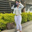 Graciele Lacerda, de calça branca colada ao corpo, chamou atenção para sua boa forma