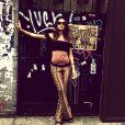 Thaila Ayala é ã de cropped top e gosta de botar a barriguinha de fora. No melhor estilo boho, a atriz combina a peça com uma calça flare estampada