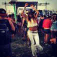 Thaila Ayala é fã do estilo boho. No festival Coachella, a atriz apostou na calça flare com franjas e seu inseparável cropped top