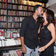 Carolina Ferraz beija o namorado, Marcelo Marins, durante lançamento de seu livro, 'Na Cozinha com Carolina'