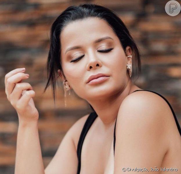 Irmã de Maiara, Maraisa ganha elogio de Danilo Gentili em foto de maiô