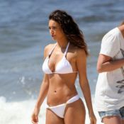 Débora Nascimento grava comercial de biquíni em praia do Rio