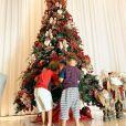 Andressa Suita fotografa os filhos, Gabriel e Samuel, na árvore de Natal na noite de 24 de dezembro de 2020