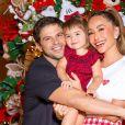 Sabrina Sato e Duda Nagle dão um abraço duplo na filha, Zoe, diante da árvore de Natal