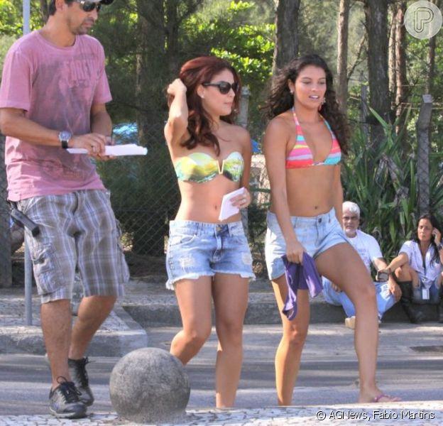 Paloma Bernardi grava cenas de 'Salve Jorge' de biquíni e shortinho na praia da Macumba, RJ, em 5 de março de 2013