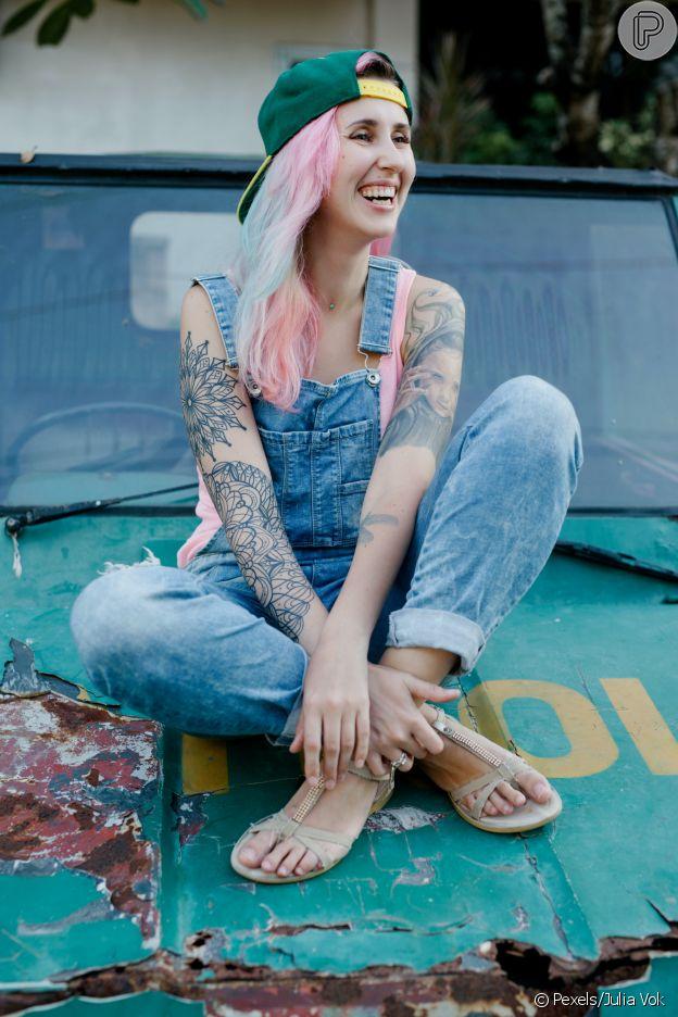 Boné nos looks de verão: combine o chapéu com jeans
