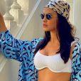 Andressa Suita alia biquíni branco a acessório trend em fotos e ganha elogios