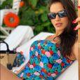 Andressa Suita posou de maiô cavado ao se bronzear na piscina do hotel Copacabana Palace, no Rio