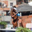 Roberta Rodrigues toma banho de balde na laje em gravação de 'Salve Jorge'