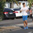 Enzo Celulari, filho de Edson Celulari e Claudia Raia, corre em praia do Rio
