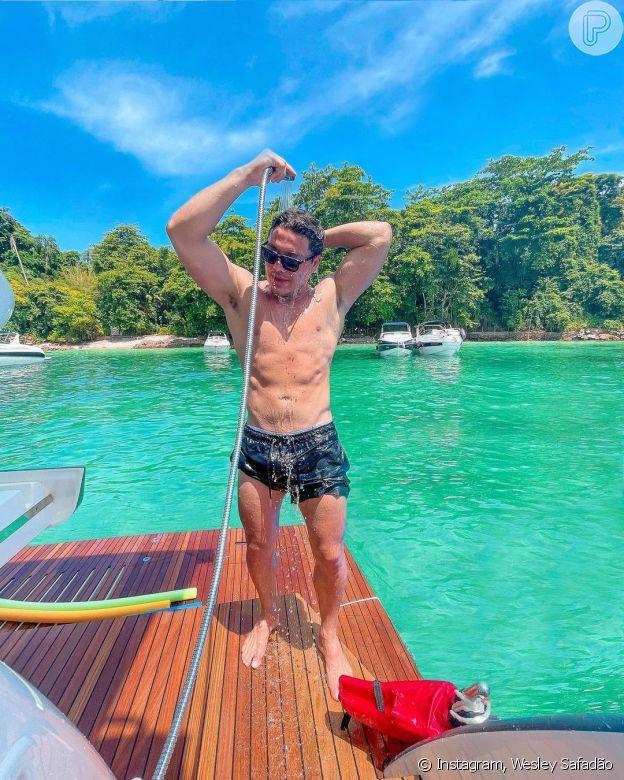 Wesley Safadão sensualiza ao posar tomado banho de mangueira