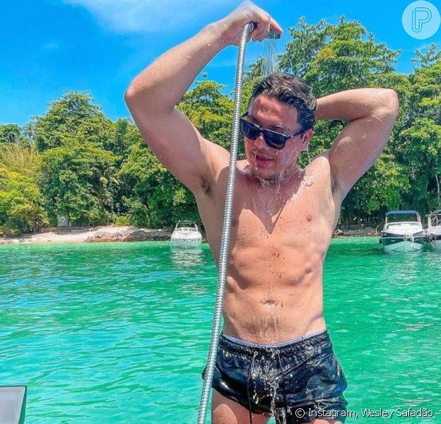 Wesley Safadão fez a temperatura subir ao postar foto em que aparece se refrescando em um banho de mangueira