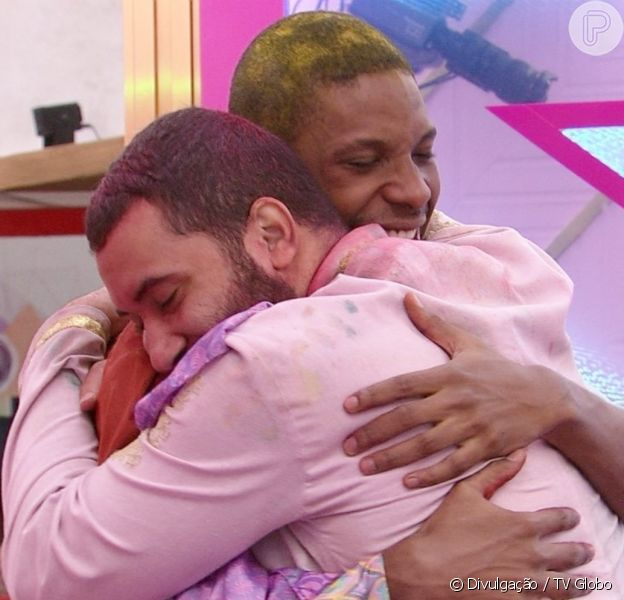 Lucas Penteado exalta beijo em Gilberto no 'BBB21': 'Não foi só de uma tentativa de encontrar a alegria, mas a alegria me encontrou'