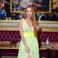 Giovanna Chaves investe em vestido amarelo com transparência