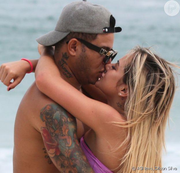 Gabi Martins aposta em biquíni rosa e troca beijos com Tierry em praia. Fotos!