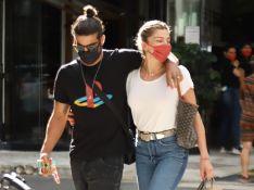 Grazi Massafera e Caio Castro passeiam abraçados pelas ruas de SP. Veja fotos!