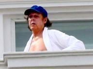 Paul McCartney toma banho de sol com a mulher na varanda do Copacabana Palace