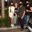 Larissa Manoela curte passeio com pais e  cabeleireiro