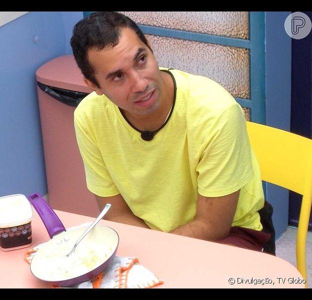 'BBB 21': Gil prevê eliminação após sair da Prova do Líder e chora sozinho na cozinha da 'Xepa'