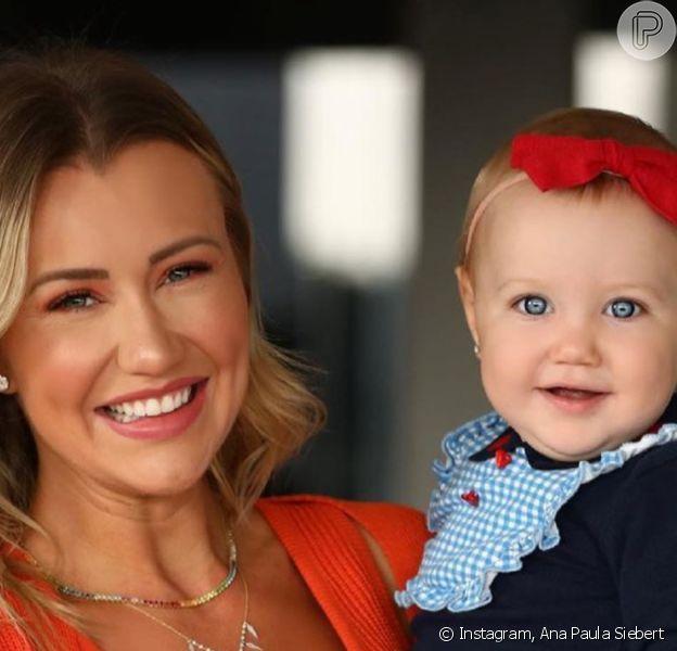 Ana Paula Siebert deu colo para a filha, Vicky, 10 meses, momentos antes do embarque