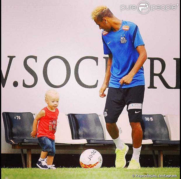 Neymar publicou uma foto jogando bola com o filho, Davi Lucca, no seu Instagram, nesta quinta-feira, 7 de março de 2013
