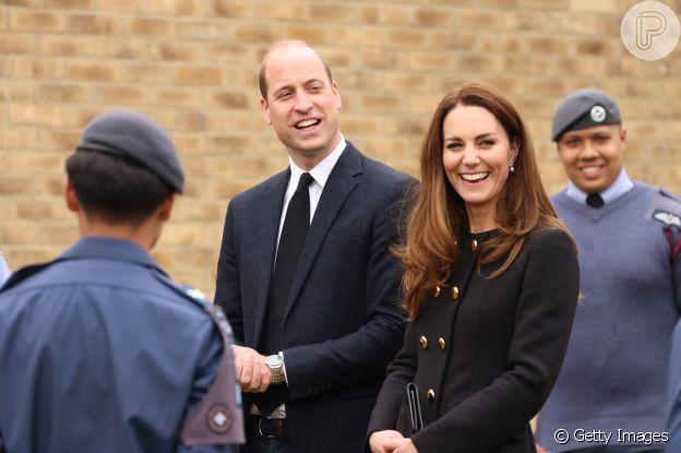 Kate Middleton usou look Dolce & Gabanna em visita com o marido, Príncipe William, nesta quarta (21)
