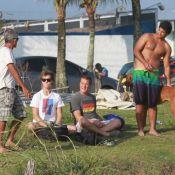 Marcello Novaes curte dia de sol em praia carioca com o filho mais velho