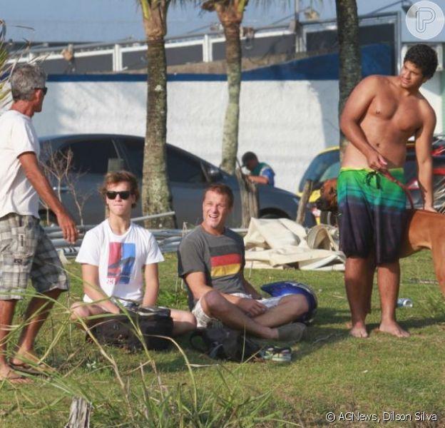 Marcello Novaes aproveita tarde de sol com o filho e amigos