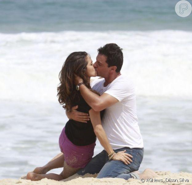 Rodrigo Lombardi e Nanda Costa, intérpretes de Théo e Morena em 'Salve Jorge', gravam cenas românticas na Praia da Macumba, no RJ, em 8 de março de 2013